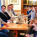 Familie Lau Und Aktive Beim Abendessen