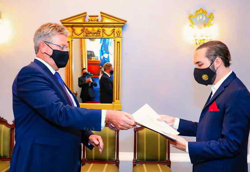 Antrittsbesuch Im Präsidentenpalast Hat Dr. Peter Woeste (links) Staatschef Nayib Bukele