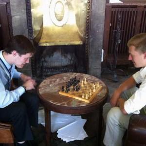 Entspannung Beim Schach Vorm Kamin