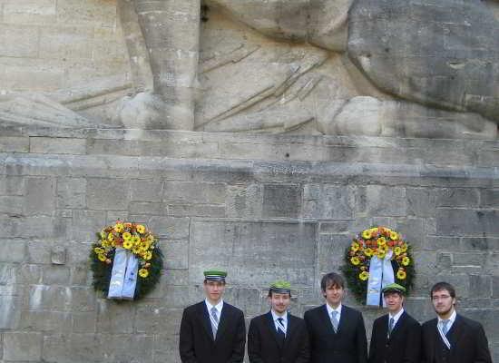 Vor Dem Denkmal Auf Der Rudelsburg